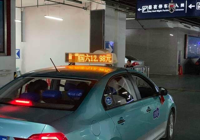 """河北一家4S店打广告""""12.98元""""购车,大爷怒砸13块逼哭销售"""
